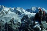Blick vom Gipfel auf  Peak 5980 m und Pemthang Karpo Ri 6880 m