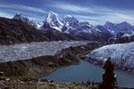 Gokyo See und Gokyo Lodges auf 4750 m vor Ngozumpa Gletscher