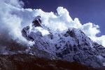 Ama Dablam 6856 m von Wolken umkränzt