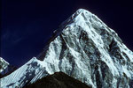 """Kala Patthar 5545 m """"Der schwarze Stein"""" vor dem Pumori 7161 m - Tele -"""