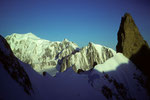 Montblanc 4807m  und Dent du Geant 4013m und der Grat zum Teil im Schatten