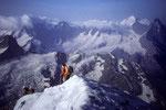 Seilschaften am Gipfelgrat mit Mönch 4107 m und Eiger 3970 m im Hintergrund