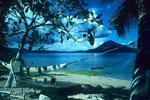 Blick von der Insel Pisang (Banane) auf den Gunung Api.