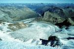 Tiefblick vom Mittelgipfel 3905 m auf den Persgletscher