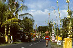 Zum Tempelfest festlich geschmückte Strassen und Häuser