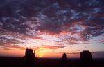 Sonnenaufgang mit West Mitten Butte, East Mitten Butte und Merrick Butte