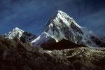 """Kala Patthar 5545 m """"Der schwarze Stein"""" mit  Pumori 7161 m"""