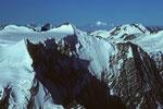 Ochs 3900 m, Gross Fiescherhorn 4049 m mit Montblanc 4807 m in der Ferne