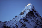 Ama Dablam 6856 m mit ersten Sonnenstrahlen - Tele -