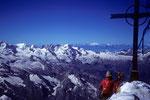 Gipfelhock mit Blick zu Castor und Pollux,  Breithorn 4164 m und Gran Paradiso 4061m