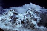 Everest Westschulter 7205 m, Mount Everest 8848 m in Wolken und Nuptse 7879 m