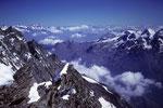 Blick über das Saaser Tal bis zu den Berner Alpen in der Ferne