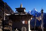 Tschörten in Khumjung 3790 m mit  Ama Dablam 6856 m