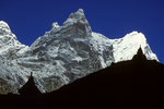 Taboche 6501 m mit Tschörten im Schattenriss