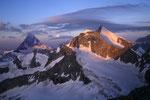 Matterhorn 4478 m, Wellenkuppe und Obergabelhorn 4063 m im Morgenlicht.