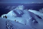 Abstieg von der Signalkuppe 4554m mit Ziel Parrotspitze 4432 m, fern Gran Paradiso