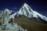 """Kala Patthar 5545 m """"Der schwarze Stein"""" vor dem Pumori 7161 m"""