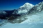 Aufstiegsspur mit Langtang Lirung  7234 m im Hintergrund