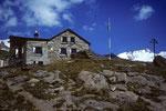 Täschhütte 2701 m im Hintergrund das  Rimpfischhorn 4199