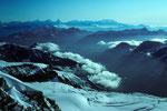 Blick vom Gipfelgrat zum Matterhorn 4478m und Monte Rosa 4634m in der Ferne