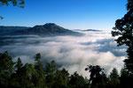 Gunung Batur 1717 m und Nebelmeer über der Riesencaldera