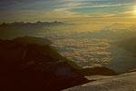 Wolkenmeer und Berner Alpen bei Sonnenaufgang
