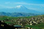 Ararat  5165 m und Dogubeyazit 1625 m