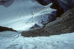 Tiefblick  aus Wetterhorn Ostwand mit Seilschaft in der Aufstiegsroute