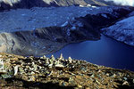 Ngozumpa Gletscher mit Gokyo See und Gokyo Lodges auf 4750 m