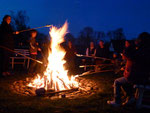 Stockbrotbacken über'm Lagerfeuer