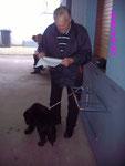 Gerd Krollzick kontrolliert das Protokoll.