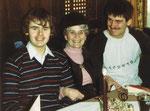 Gregor mit seiner Oma und seinem Bruder