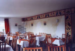 ... während der eigendliche Speiseraum etwas heller gehalten wurde, um die Gäste munter in den Tag zu schicken. ...