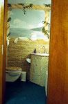 Diese Kundentoilette eines Höhrgerätestudios ist das absolute Kontrastprogramm zum ...