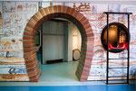 """Der Eingang zur Ausstellung """"Unter der Stadt"""" ist gemalter Backstein...."""
