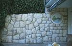 ... Illusionsmalerei mal zweckmäßig: Gemalter Naturstein im gewünschten Farbton auf Beton.