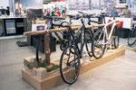 """Tourenräder nennen sich heutzutage """"Crosscountry"""". Dementsprechent gab es hier einen Schlagbaum mit einem Stück Waldweg."""