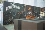 Für diesen Fahrradhändler wurde Zielgruppengerecht eine Fototapete tapeziert. ( Link: Messen )