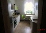 vollausgestattete Küche mit Geschirrspüler, großer Kühlkombination und Essplatz für 2-3 Personen