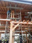 1 des 9 échafaudages qui supportent le toit