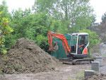 Ben creuse pour récupérer le tuyau d'arrosage coincé sous la terre....
