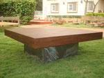 table de salon carré - plateau bois patiné - pied métal meulé - patine naturelle suie et kaolin