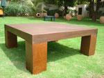 table de salon carré - plateau bois patiné - pieds métal rouillé - patine naturelle suie et kaolin