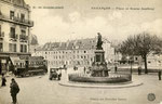 Besançon-006 : Sur la Place Jouffroy avec au premier plan la statue du marquis Jouffroy-d'Abbans, inventeur de la navigation à vapeur