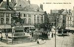 Orléans-T-067 : place du Martroi et statue de Jeanne d'Arc