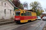 Krasnodar-T-025 : Non loin de la Gare, motrice de service BB22, isssue de la transmormation d'une motrice 71-605 construite en 1972, bloquée à la suite d'un accrochage avec une Lada qui la suivait d'un peu trop près. Cliché Pierre BAZIN, 23 octobre 2013