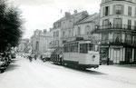 Fontainebleau-T-043 : Place Denecourt. Motrice n°15 et remorque baladeuse. Cliché Jacques BAZIN. 19 juillet 1953