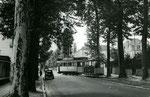 Fontainebleau-T-025 : Boulevard du Maréchal Leclerc. Remorque baladeuse n°16. Cliché Jacques BAZIN. 19 juillet 1953