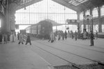 Paris-Austerlitz. Automotrice Z 4100 devant le passage à niveau pour piétons permettant de traverser les voies conduisant à la gare d'Orsay. Cliché Jacques Bazin. 29-01-1955