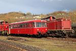 Dépôt de Gerolstein. 1er avril 2010. Autorail Schienenbus VT 56 et locomotive V10 n° 2299. Cliché Pierre BAZIN